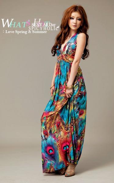 Примером такого платья-сарафана может послужить летняя коллекция модного дома D&G. Кажется, что его цветные наряды пошиты из отдельных платков