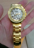 Наручные часы с золотым ремешком
