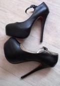 Чёрные туфли с застежкой